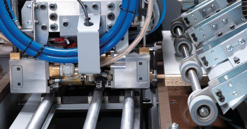 Das Dübelaggregat treibt die Dübel automatisch und präzise ins Werkstück. Bild: Felder