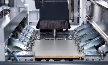 Beim neuen Bearbeitungszentrum von Felder erfolgt der Werkstückvorschub materialschonend über einen zweifachen Klammerantrieb mit unabhängig fahrbaren Spannzangen. Bild: Felder