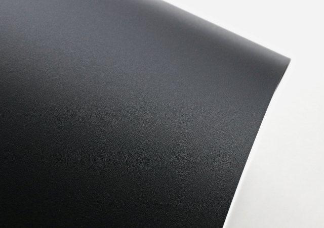 Die matte Oberfläche kombiniert Robustheit, Anschmutzverhalten und Kratzbeständigkeit mit einer angenehmen, feinen Haptik. Bild: Continental/Hornschuch