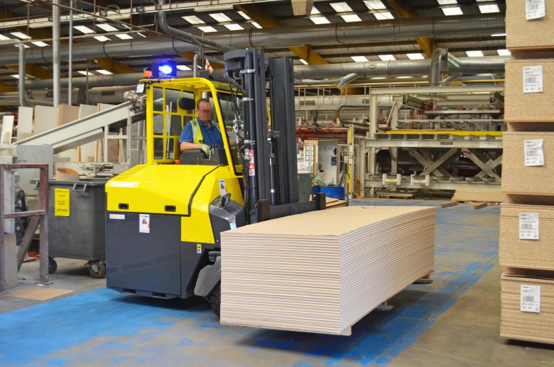 Der »Combi-CB4E« mit Elektroantrieb bietet vier Tonnen Tragkraft und manövriert sicher um die Fertigungsmaschinen im Produktionsbereich. Bild: Combilift