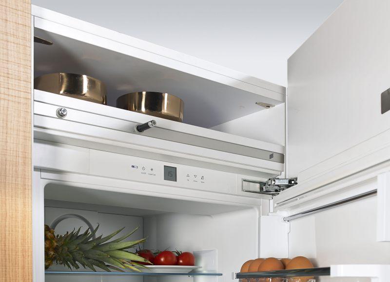 Mit dem elektromechanischen Öffnungssystem »Easys« lässt sich griffloses Küchendesign durchgängig realisieren – auch bei Kühlgeräten. Bild: Hettich
