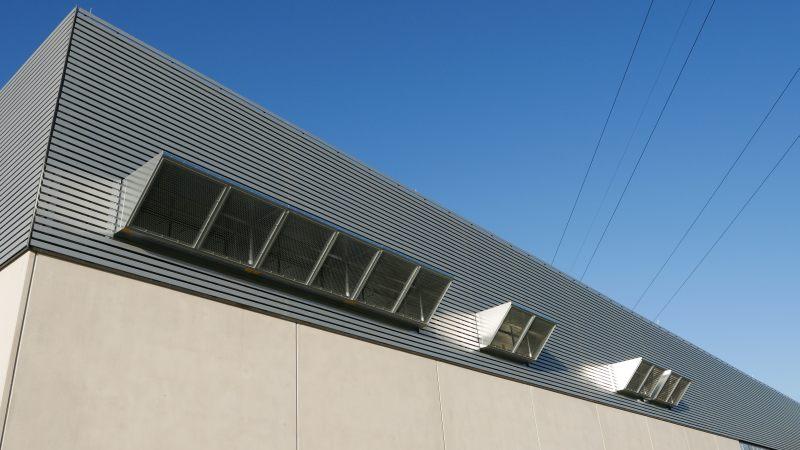Die Außenansicht der neuen Filteranlage, die sich harmonisch in die Architektur des Campus integriert. Bild: Schuko