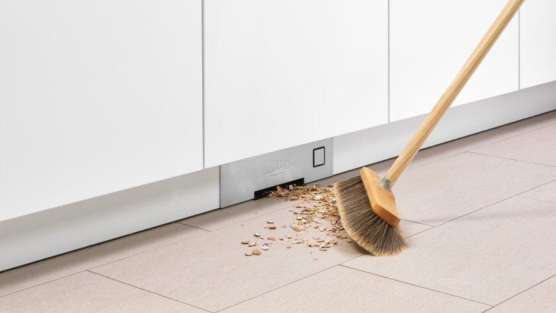 Der schubladengroße Einbau-Sockelsauger kann unmittelbar dort montiert werden, wo am meisten Schmutz anfällt (Bilder: ritterwerk).