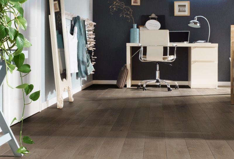 Die neue Reaktionsbeize verleiht Fußböden, Arbeitsplatten, Möbeln an nur einem Tag den angesagten Vergrauungseffekt. Bild: Osmo.