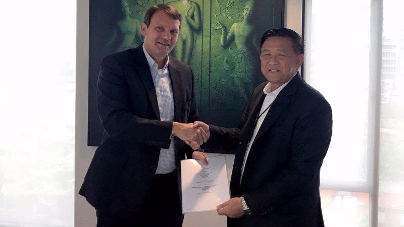 Handschlag zum Auftragseingang im Jahr 2017, rechts Wanthana Jaroennawarat, Vorstandsvorsitzender Vanachai, mit Henning Gloede, Managing Director Siempelkamp Pte. Ltd. Singapur (Bild: Siempelkamp).