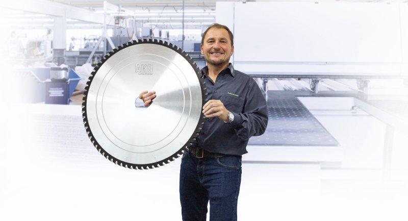 Das neue Sägeblatt mit 730 Millimeter Durchmesser. Bilder: AKE