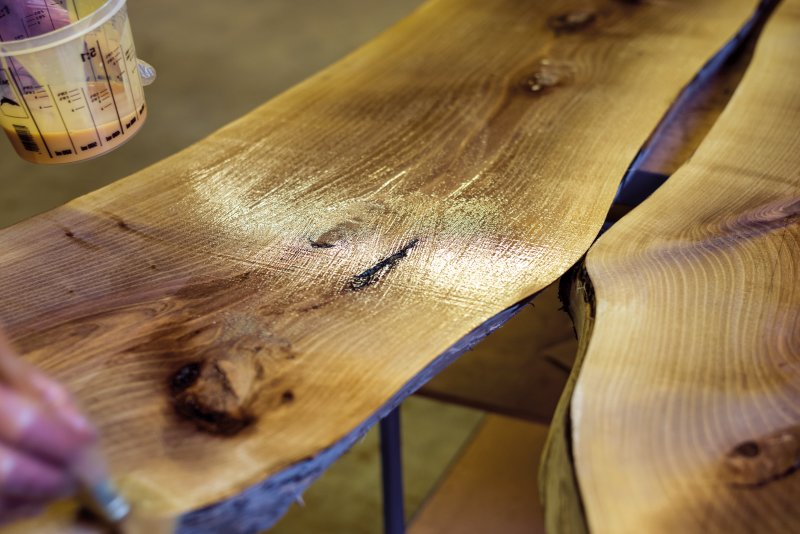 Lack, Beize, Wachs oder Öl sind als Gefahrstoffe eingestuft, gehören aber zum Arbeitsalltag in der Holzverarbeitung. Bild: Asecos/Stefan Gregor