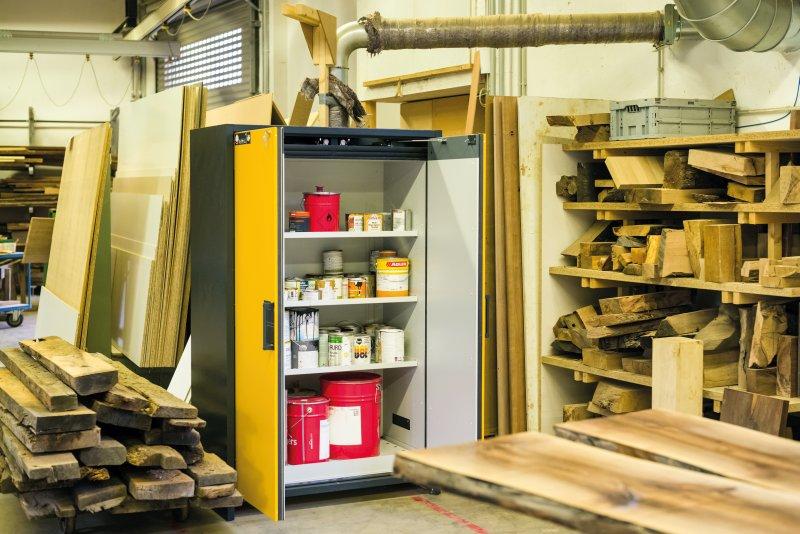 Die Eichenhaus AG hat im Arbeitsraum einen Sicherheitsschrank aufgestellt. So wird der häufige lange Gang zum separaten Abstelllager vermieden. Bild: Asecos/Stefan Gregor