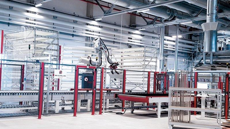 Ein Roboter lagert die Werkstücke in eine Sortierzelle ein und nach einer vorgegebenen Reihenfolge wieder aus. Bild: Reiss