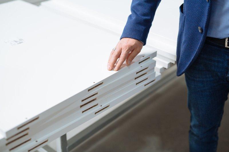 Bei Speedmaster wird die »P-System«-Fräsung in der Fläche mit einer Nesting-Maschine und stirnseitig mit einem Bearbeitungszentrum mit vertikaler Arbeitsfläche hergestellt. Bild: Lamello