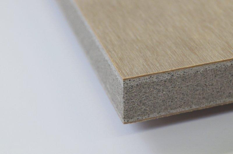Sauber gesägter Mix aus feuerhemmender Mittellage mit hochwertiger Deckschicht: In diesem Fall wurde abrasives Blähglas mit einem spröden Furnier kombiniert. Bild: Leuco