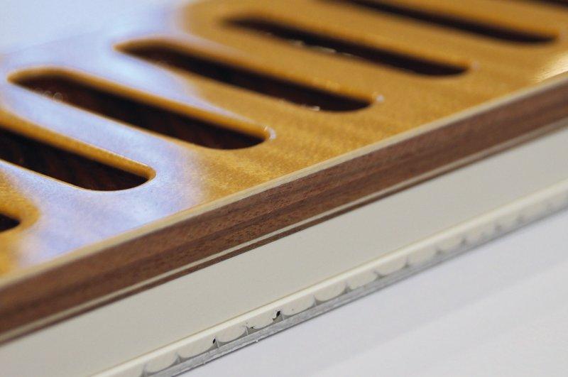 Verschiedene Hölzer sowie Furnier kombiniert mit Nonwood-Material und vor dem Lackieren mit dekorativen Lüftungsschlitzen gefräst, nach dem Lackieren nochmals an der Tischkreissäge formatiert. Bild: Leuco