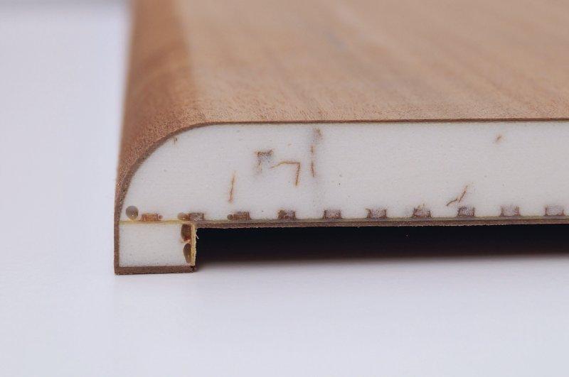 Furnierte Deckschicht und 2K-Kantenfüllung sauber und aussrissfrei gefräst mit dem Leuco- »p-System« in einer Tribos-Spannung. Bild: Leuco