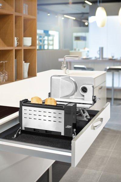 Einbaugeräte wie die Kombination aus Einbau-Toaster und Einbau-Allesschneider halten die Arbeitsfläche frei. Bild: ritterwerk
