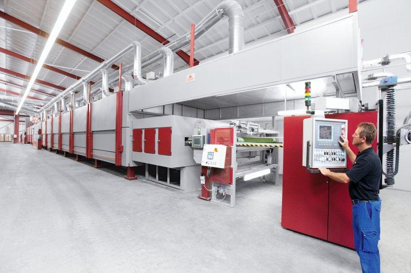 An der Imprägnierungsanlage bei Pfleiderer optimiert die Software »imASC« seit vielen Jahren den Produktionsprozess. Bild: Pfleiderer Deutschland GmbH