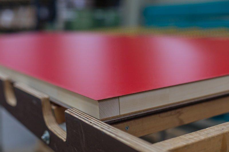 Alle Dekore und Furniere sowie lackierfähige Grundieroberflächen können auf die Schiebetürelemente aufgebracht werden. Bild: Vomo