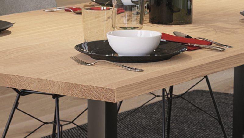 Für besonders realistische und hochwertige Furniermöbel wird die Furnierkante europ. Eiche in Kombination mit der Hirnholzkante europ. Eiche empfohlen (Bild: Ostermann).