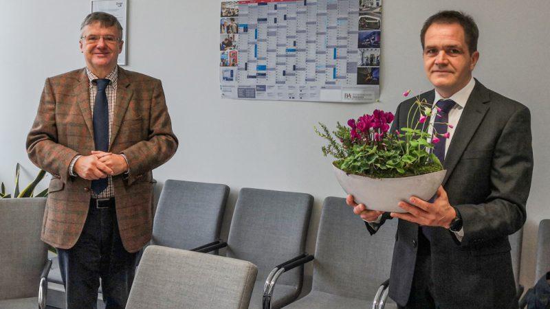 Prof. Dr. Andreas Hänsel (re.), Präsident der Berufsakademie Sachsen, und Prof. Dr. Detlef Krug (li.), IHD, bei der Verleihung der Honorarprofessur (Bild: IHD).