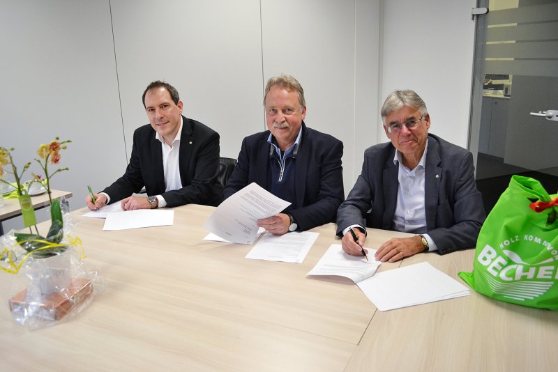 Vertragsunterzeichnung (von links): Stefan Sans (kaufmännischer Leiter und Prokurist Becher), Andreas Leopold (Geschäftsführer Holz Leopold) und Michael Köngeter (Geschäftsführer Becher; Bild: Becher GmbH & Co. KG).