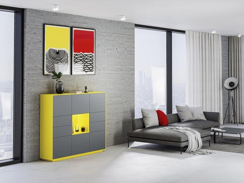 Das Anwendungsbeispiel zeigt, dass sich die beiden Unis auch am Möbel gut kombinieren. Das dezente Grau der Fronten bringt das Leuchten der gelben Flächen besonders gut zum Ausdruck. Der gelbe Korpus und das offene Regalfach in der Mitte setzen fröhliche und gleichzeitig moderne Akzente (Bild: Ostermann).