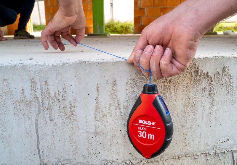 Das leichte und robuste Kunststoffgehäuse des neuen Schlagschnurgeräts ist ergonomisch geformt und bietet zuverlässige Stabilität (Bild: Sola-Messwerkzeuge).
