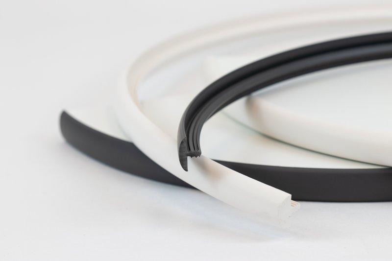 Durch den rückseitig angebrachten Steg lassen sich Stegkanten auch ohne maschinelle Hilfe schnell und einfach an Rundungen anbringen (Bild: Ostermann).