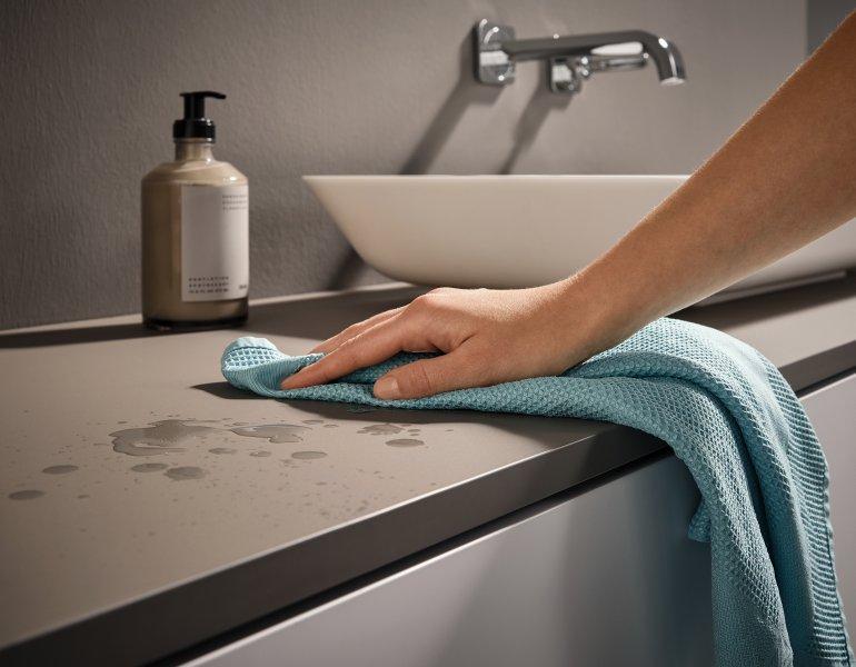 Als Teil der »health.protect«-Familie sind die Oberflächen mit antibakteriellen Eigenschaften ausgestattet und leicht zu reinigen (Bild: Rehau).