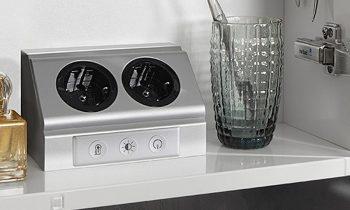 Die Steckdose mit integriertem Sensorschaltfeld ist für den Einsatz in Küche oder Bad gedacht (Bild: Elektra).