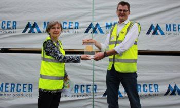 Jutta Noack (re., Aufsichtsperson der BGHM) übergibt den Preis an Geschäftsführer Dr. Carsten Merforth (Bild: Mercer Timber).